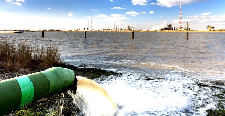 Выброс отходов в реку